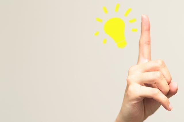 電球のマークと指
